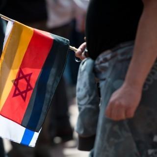 deutsche und israelische Fahne bei Pegida-Demonstration