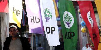 HDP-Flaggen und Passant