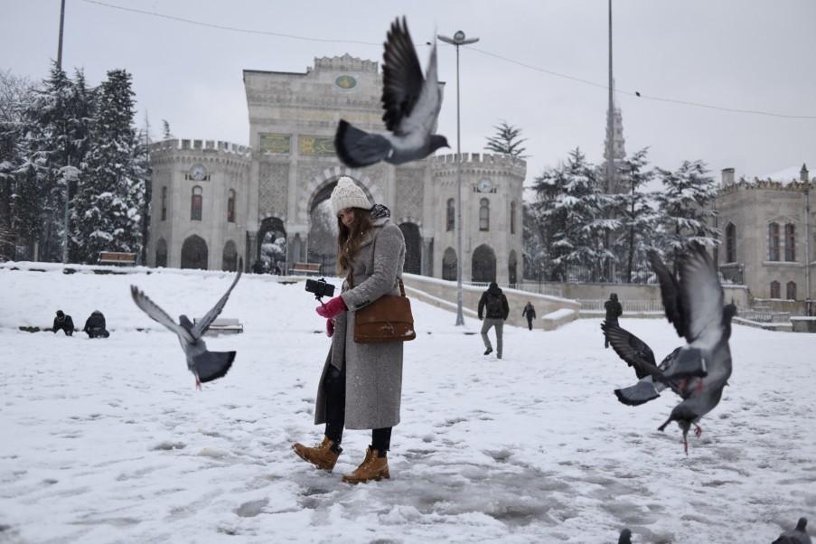 Frau auf dem verschneiten Beyazit-Platz