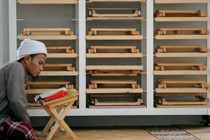 Ein Mann liest am 28.05.2017 während des Fastenmonmats Ramadan im Koran in der Moschee Masjid Kampung Baru in Kuala Lumpur, Malaysia.In dem für Muslime heiligen Monat sind mehr als 1,6 Milliarden Gläubige dazu aufgerufen, bis Ende Juni von Sonnenaufgang bis Sonnenuntergang auf Essen, Trinken, Rauchen oder Sex zu verzichten.