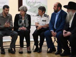 Premierministerin May besucht Tatort: Hass und Extremismus vertreiben