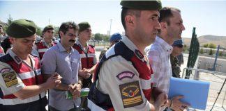 Paramilitärische Einheiten der Polizei und Mitglieder einer Sondereinheit bringen am 01.08.2017 inAnkara (Türkei) 486 Verdächtige zu einem Gericht nahe einem Gefängnis bei Ankara. In der Türkei hat am 01.08.2017 der bislang größte Prozess gegen mutmaßliche Beteiligte des gescheiterten Militärputschs im Juli vergangenen Jahres begonnen. Konkret geht es um die Ereignisse auf dem Luftwaffenstützpunkt Akinci - dem damaligen Hauptquartier der Aufständischen. Die Männer sind unter anderem des Versuchs angeklagt, die Regierung von Präsident Erdogan zu stürzen. Foto: Burhan Ozbilici/AP/dpa