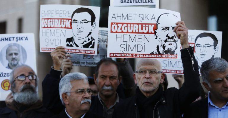 Günther Wallraff demonstriert in Istanbul für Journalisten