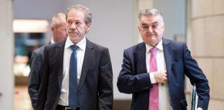 NRW-Innenminister Herbert Reul (r, CDU) und der Leiter des NRW-Verfassungsschutzes, Burkhard Freier, kommen am 05.10.2017 zu einer Pressekonferenz im Landtag in Düsseldorf (Nordrhein-Westfalen). Reul und Freier stellten den NRW-Verfassungsschutzbericht für 2016 vor.