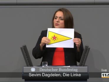 Skandal im Bundestag: Sevim Dagdelen hält verbotene YPG-Symbol hoch