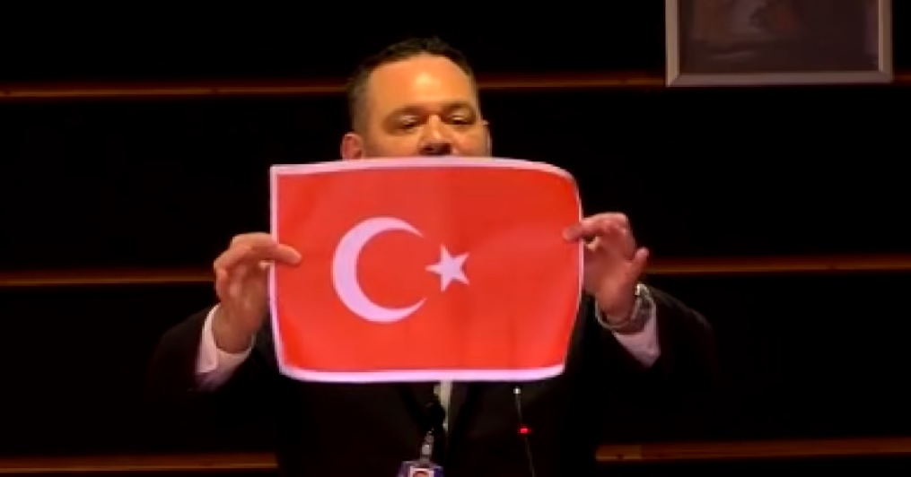 Eklat Griechischer Rechtsextremist Zerreisst Turkische Flagge Dtj Online Deutsch Turkisches Journal